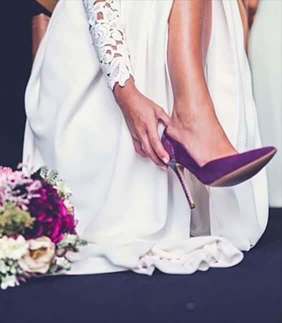 Dettaglio della scarpa viola