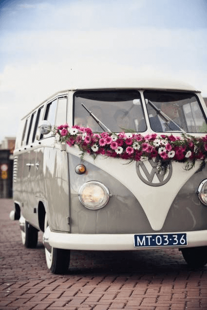 vintage style arrivare con il pulmino volkswagen